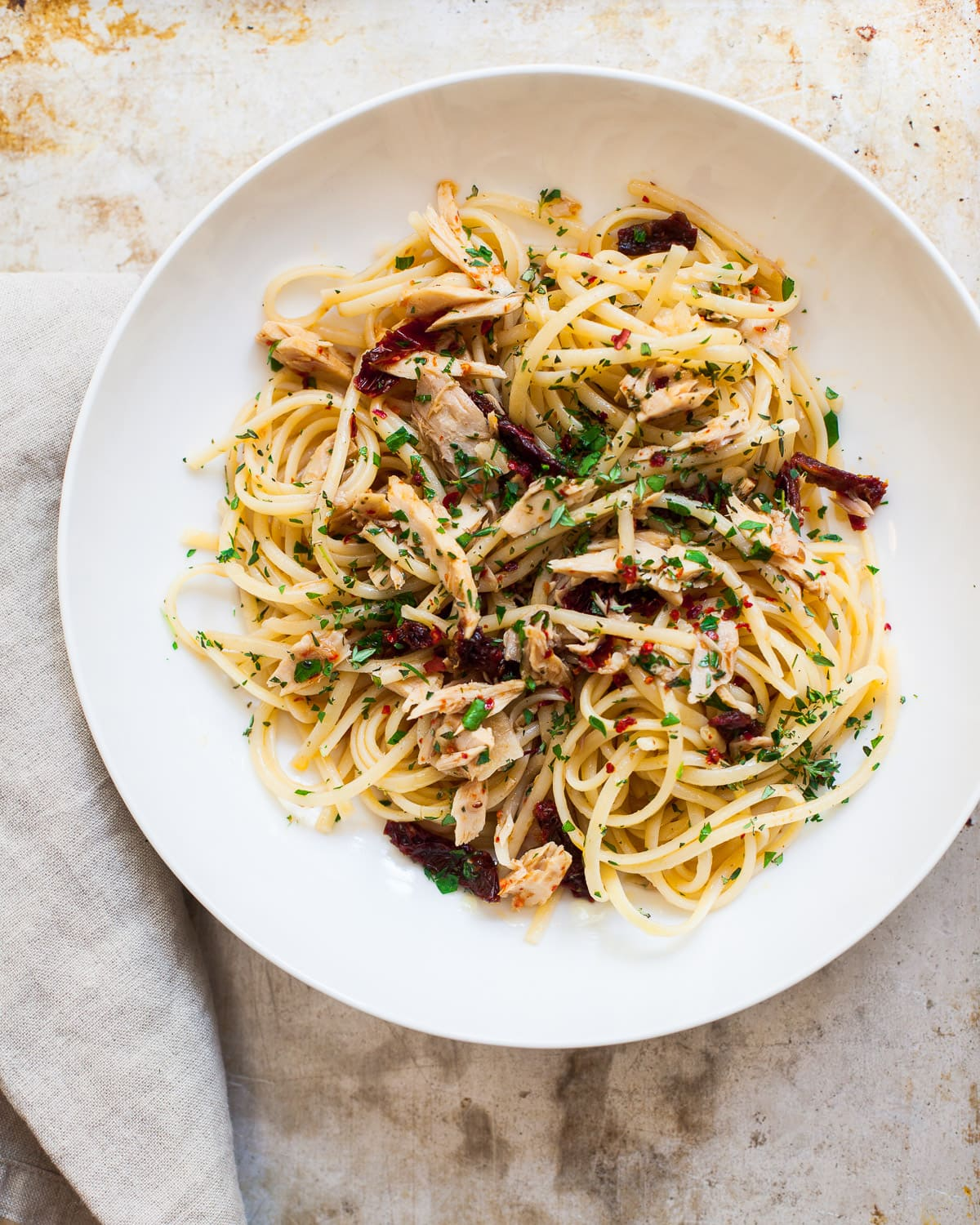 tuna linguine with spicy garlic and olive oil sauce | Familystyle Food